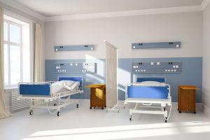 Doppelzimmer mit zwei leeren sauberen Betten im Krankenhaus