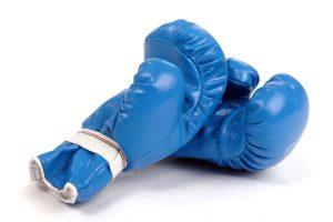 Gants de boxe isolés sur fond blanc