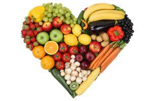 Obst, Früchte und Gemüse als Herz Thema Liebe und gesunde Ernährung